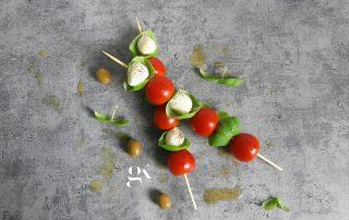 Szaszłyki caprese z oliwkami