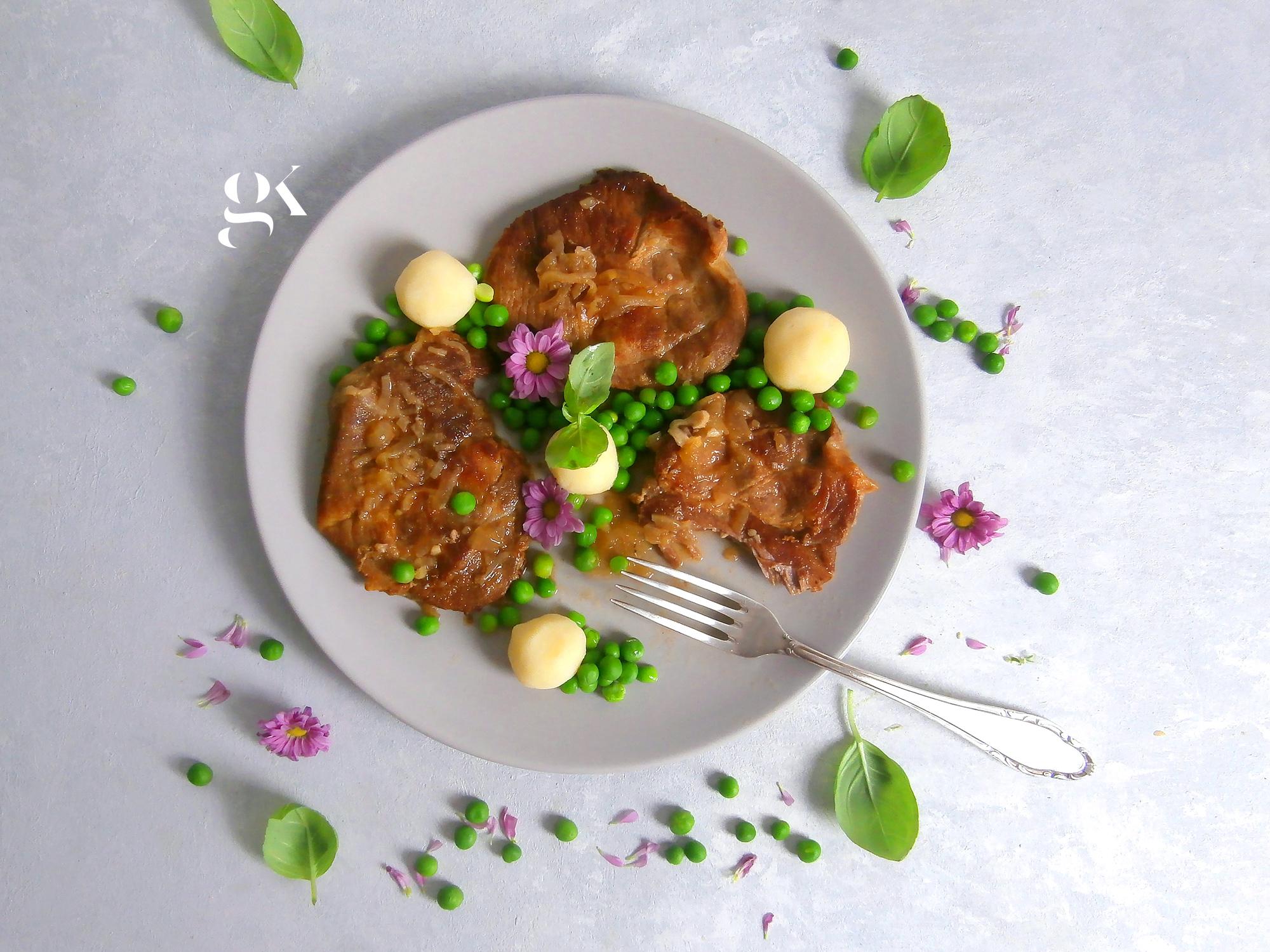 Karkówka duszona w sosie własnym z groszkiem i maślanym puree