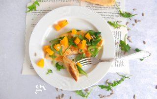 Chlebki naan nadziewane serem z rukolą roszponką i brzoskwinią